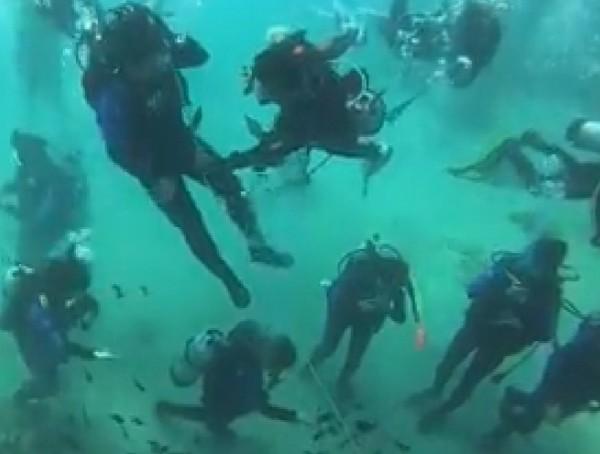 潛水業者在珊瑚上綁繩子,還帶學員餵魚被罵翻。(記者蔡宗憲翻攝)