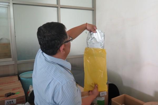 衛生局人員稽查現場原料包裝標示。(衛生局提供)