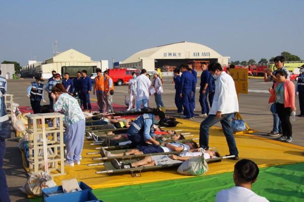 救護人員對班機事故意外的大量傷患進行搶救。(記者王俊忠翻攝)