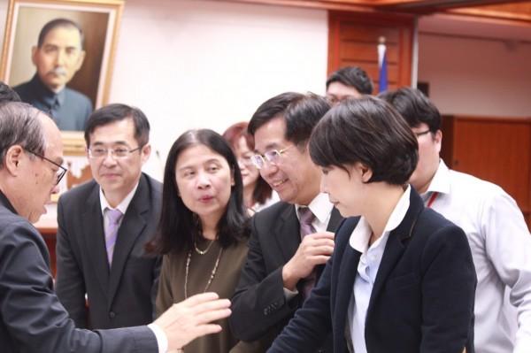 立委陳亭妃要求教育部解決學用落差的問題。(記者邱灝唐翻攝)