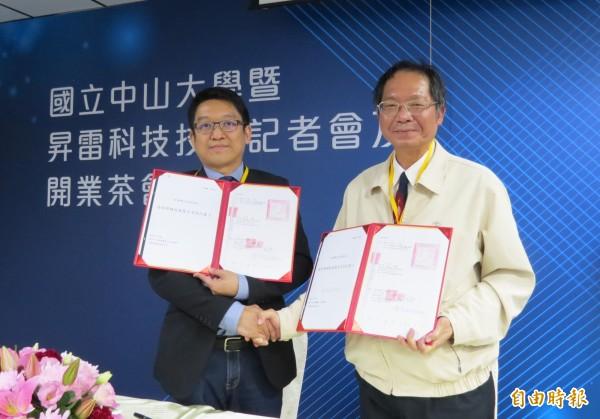 昇雷科技董事長周育良(左)與中山大學副校長陳陽益簽訂技轉合約。(記者張忠義攝)