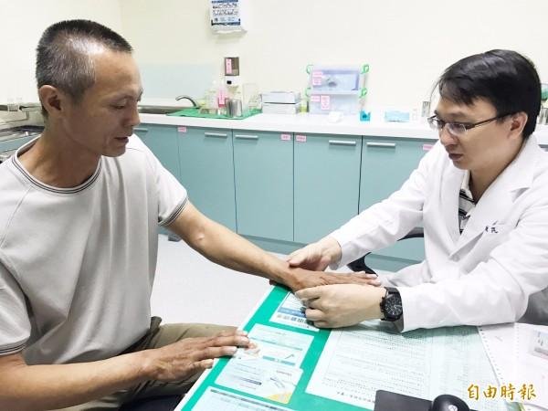 長期受乾癬之擾的患者,在使用口服的免疫調節劑治療後,情況終於改善。(記者蘇金鳳攝)
