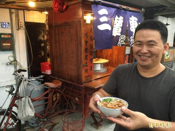 陳勝凱古早味攤車加上大骨熬骨的麵線湯頭很快擄獲客人味蕾。(記者顏宏駿攝)