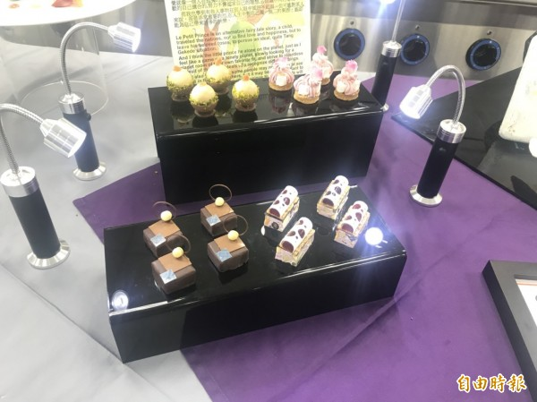 经国学院进修部餐旅系大三生陈亭彣在「餐后甜点展示」获得金牌的作品,让人看了垂涎三尺。(编辑俞肇福摄)