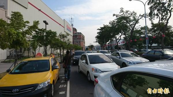 台南好市多排队车潮,阻塞周遭交通,但业者却没有派出人员指挥交通。(编辑王捷摄)