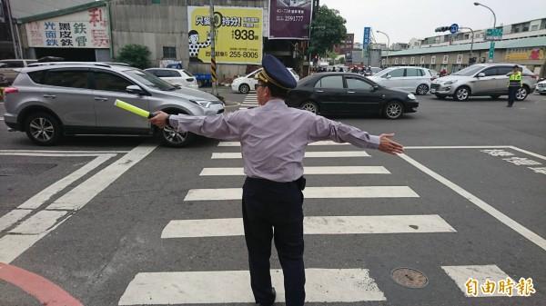 由于指挥交通警力不足,连分局长都下场指挥。(编辑王捷摄)