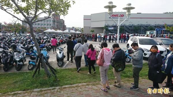 排队人潮绕了好市多大半圈,有消费者戏称是「贪食蛇」(编辑王捷摄)