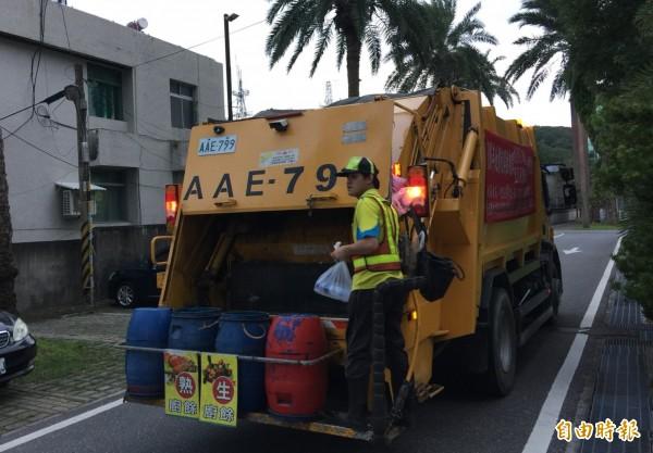 花蓮規定「家戶一般垃圾使用半透明垃圾袋」後,垃圾清運量明顯減少,政策施行前期雖一度引起民眾反彈,但迄今已逐漸被接受。(記者王峻祺攝)