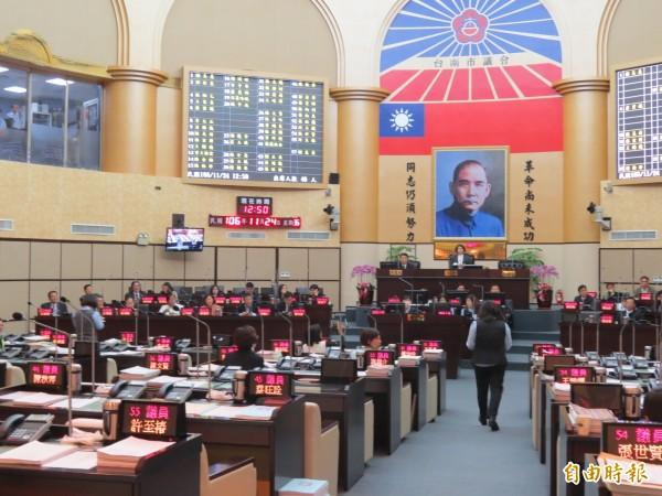 台南市議會通過台南捷運高架單軌系統第一期藍線規劃費等墊付案。(記者蔡文居攝)