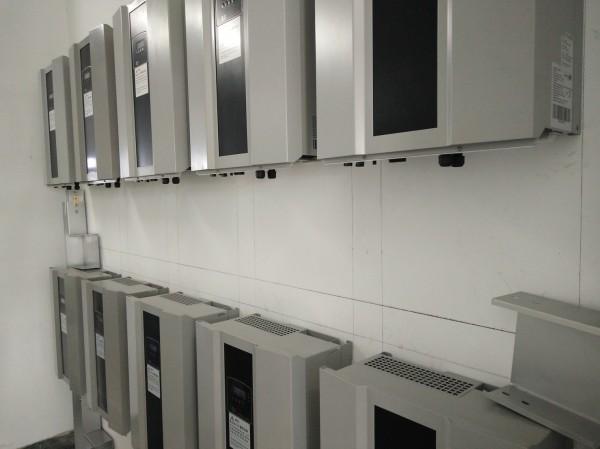 七美的太陽光電系統均採用智慧變流器,可增加系統調控能力。(台電提供)