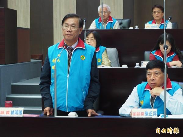 林明溱(站者)說「我向大會道歉」,但不肯向民進黨團道歉。(記者陳鳳麗攝)