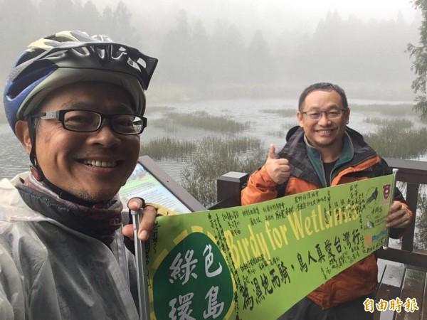 林昆海(左)為濕地保存請命騎車環島。(記者黃旭磊翻攝)