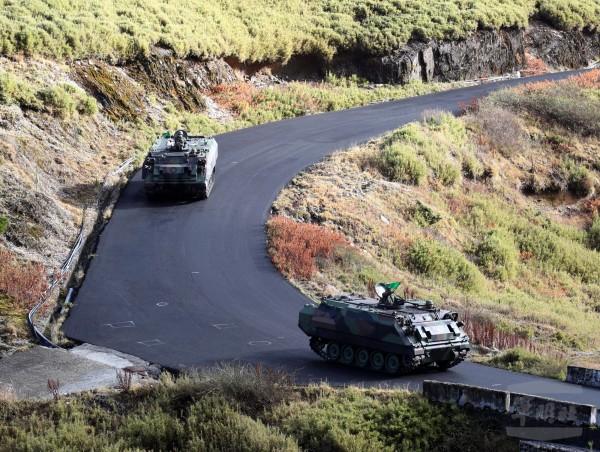 陆军CM21甲车已进驻武岭营区,待命执行救援任务。(图:军闻社提供)。
