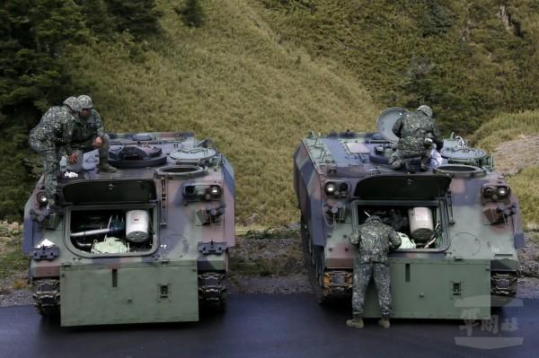 陆军586旅官兵进行各项准备及甲车检查。(图:军闻社提供)。