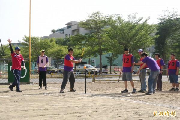 身心障礙者朋友參加樂樂棒球友誼賽,大家樂在其中。(記者蔡文居攝)