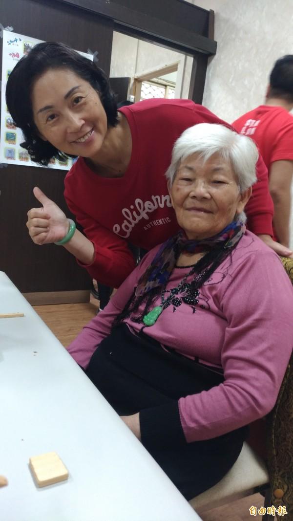 潘阿嬤由媳婦陪同,每天都開心地到照護中心上課學習。(記者廖淑玲攝)