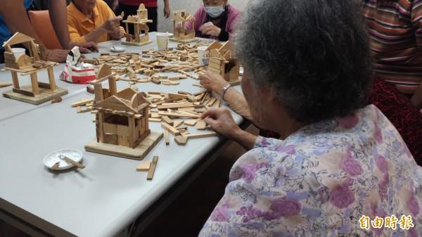 虎尾若瑟醫院失智共同照護中心透過積木實作,促進失智老人運動。(記者廖淑玲攝)