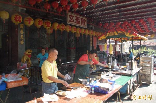 廟口蛋餅位於屏東市北勢里玄聖殿廟埕。(記者李立法攝)