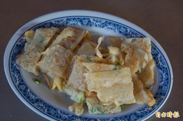 「廟口蛋餅」是純手工做的,調製餅皮,吃起來味道特別香,口感Q彈滑順。(記者李立法攝)