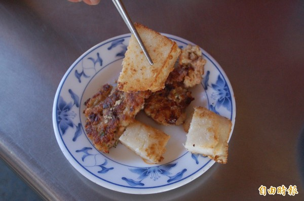 漢堡肉及蘿蔔糕,口感紮實,每份20至35元不等,味美價廉。(記者李立法攝)