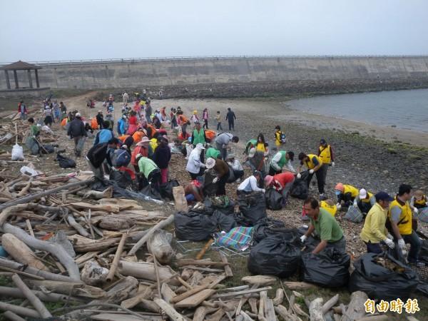 澎湖每年動員人力展開淨灘,花費不少人力物力及金錢。(記者劉禹慶攝)