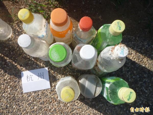 海廢垃圾雖不易辨識,但由寶特瓶上標籤,證實為來自中國杭州垃圾。(記者劉禹慶攝)