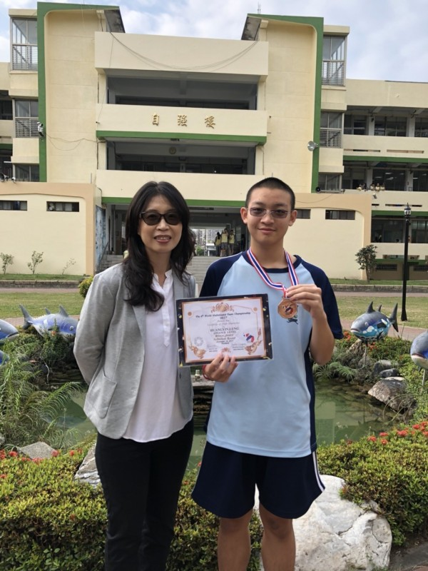 東港高中高一生黃胤龍日前到泰國曼谷參加國際性的「2017WMTC 世界數學團體錦標賽」獲銅牌,是全台唯3獲獎者,更是唯1來自非六都的選手。(記者陳彥廷翻攝)
