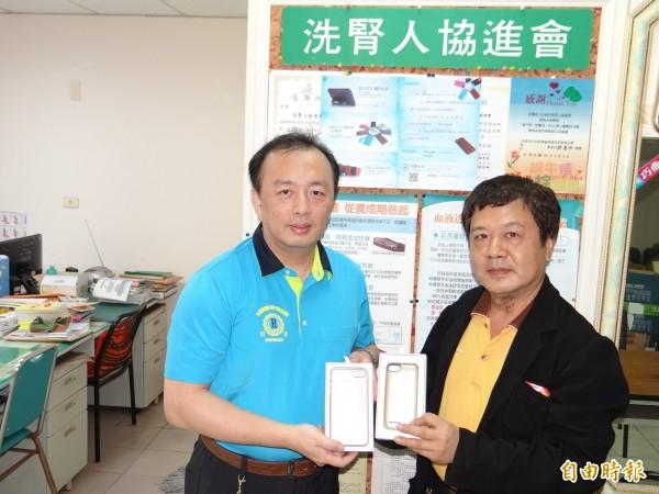 陳啟文(右)代表宇賢科技把適用iphone6、7系列的背殼電池送給南市洗腎人協進會義賣,協會幹部王國輝(左)代表接受。(記者王俊忠攝)