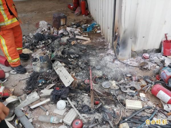 馬公西文回收廠在廠房外廢棄物燃燒,差點延燒到鐵皮屋廠房。(記者劉禹慶攝)