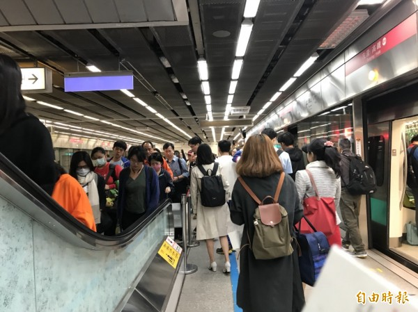 高雄捷運上下班時段車站場景。(記者王榮祥攝)