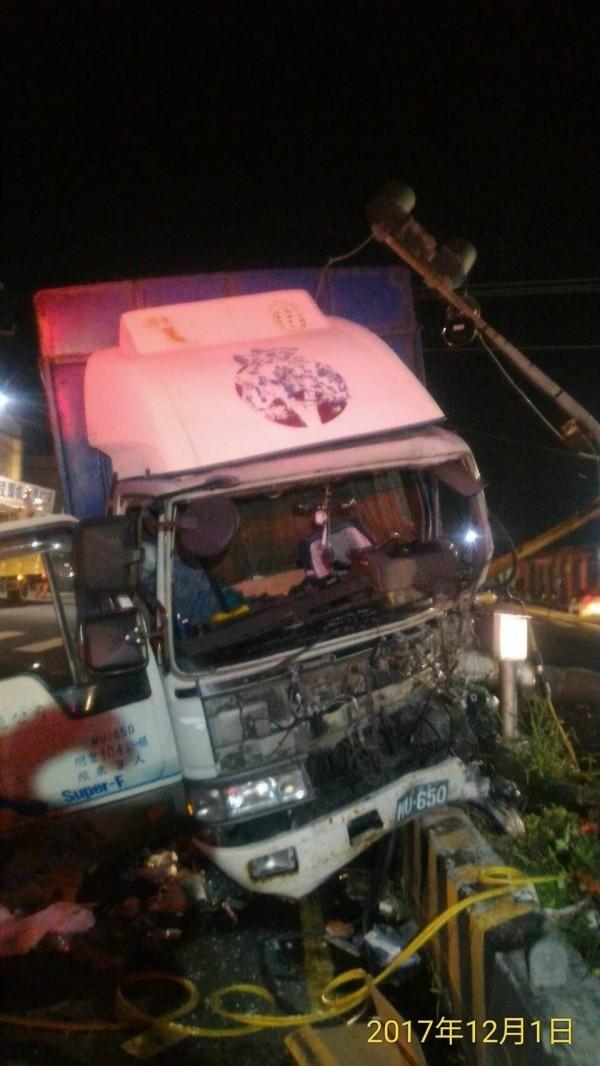 枋寮大貨車自撞號誌燈桿,駕駛受困車內意外。(記者蔡宗憲翻攝)