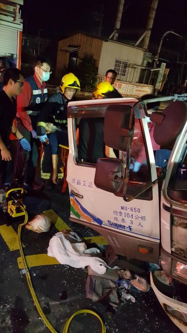 消防人員將50歲王姓司機從車內拉出時,已全身多數骨折陷入昏迷。(記者蔡宗憲翻攝)