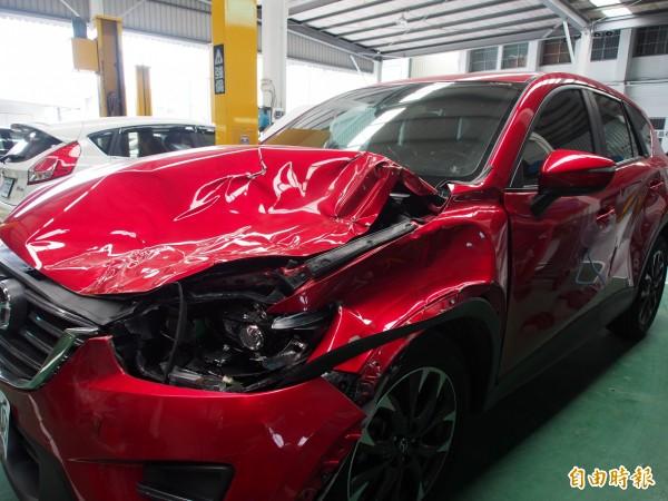 被牛隻撞到的休旅車車頭嚴重損毀,連左後車門也凹陷。(記者王秀亭攝)