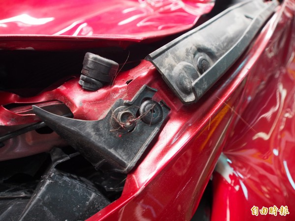 車頭仍有撞擊牛隻的牛毛殘留。(記者王秀亭攝)