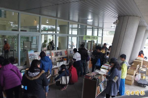 文化局閱讀牆以發票換書,吸引許多民眾前往。(記者劉禹慶攝)