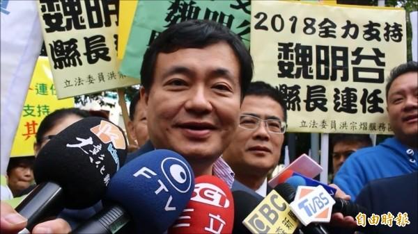 民進黨秘書長洪耀福今在彰化市被媒體問及為什麼他會質疑國民黨初選是假的?(記者張聰秋攝)