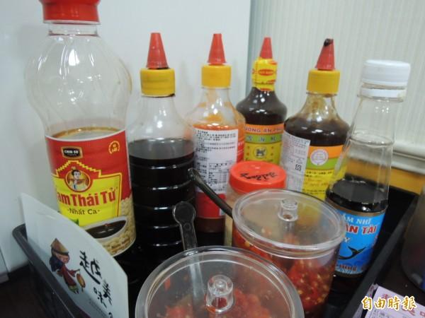 豐富的越南調味料。(記者王榮祥攝)