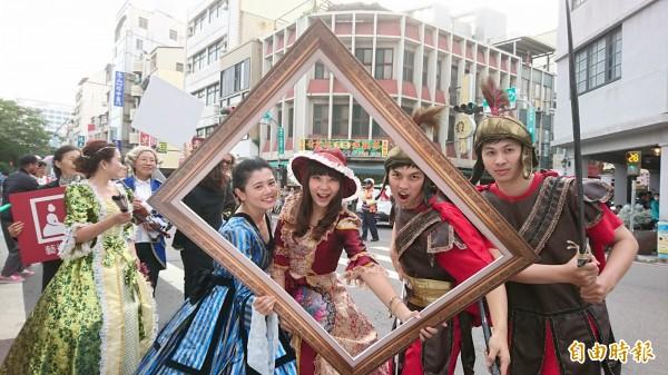 林百貨慶生摩登遊行隊伍裝扮各出巧妙。(記者洪瑞琴攝)