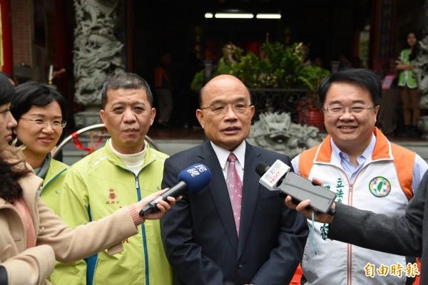 蘇貞昌(中)說,侯友宜勤跑行程,選不選新北市長,大家都看得懂。(記者翁聿煌攝)