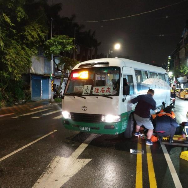 北市內湖區金龍路上,今晚8時07分驚傳小2路公車撞行人的意外。(記者鄭景議翻攝)