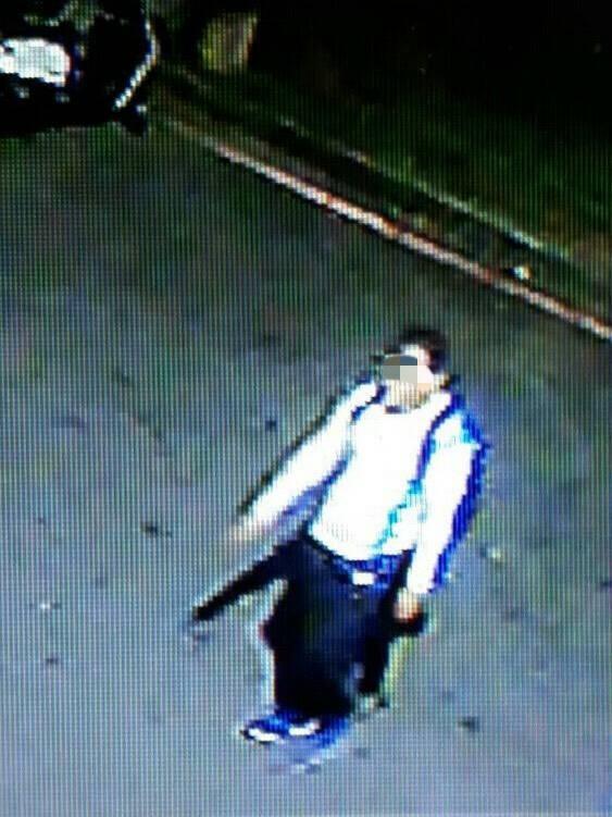涉案男子穿著白外套、黑長褲、背黑色背包,與女學生所指的陌生男子特徵相符,警方正積極追查惡狼下落。(記者曾迺強翻攝)