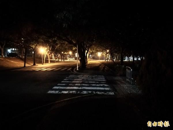 女大生在圖中田徑場與網球場間人行道上遇襲。(記者曾迺強攝)
