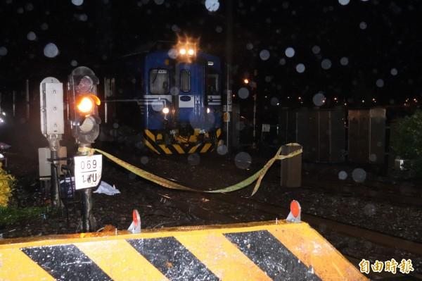 一男一女機車雙載,下午行經宜蘭市新生二路平交道,疑撞斷起西側柵欄,再撞到行經的太魯閣號,當場死亡。(記者林敬倫攝)