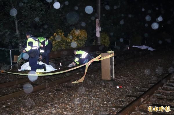 宜蘭市新生二路平交道今天下午發生太魯閣號與機車撞擊意外,騎機車的一男一女當場死亡。(記者林敬倫攝)