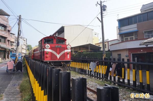 竹崎鄉有民眾將衣物、棉被等,晾曬在阿里山森林鐵路的鐵道圍欄上,淪為曬衣場,有損觀光形象。(記者曾迺強攝)