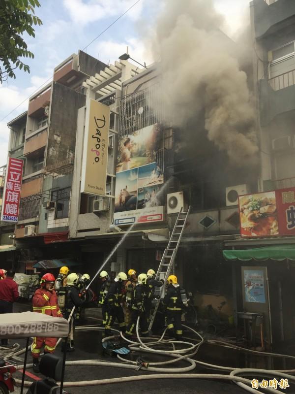 嘉義市北榮街一戶民宅昨天下午火警,濃煙滾滾,消防人員灌救滅火。(記者陳璟民攝)