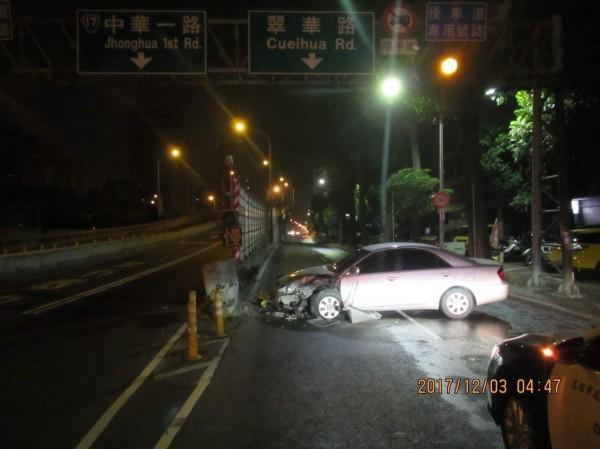 陳男酒後駕車撞上橋墩。(記者洪臣宏翻攝)