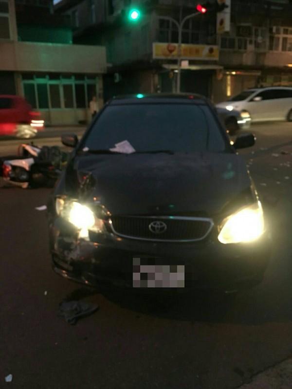 頭份一名女警昨天傍晚開車左轉時遭一名酒駕騎士撞上。(記者鄭名翔翻攝)