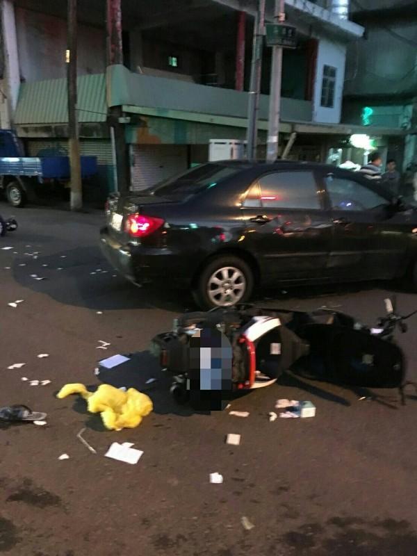 酒駕的潘姓男子騎車撞上一名休假女警,人彈飛左腿骨折。(記者鄭名翔翻攝)