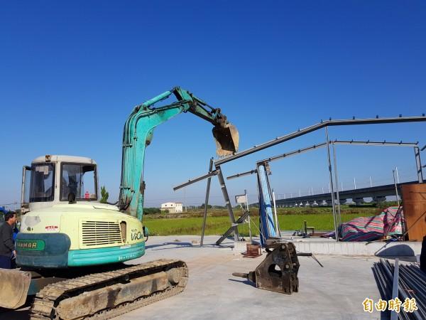 台南市政府今日強制拆除首件農地興建中違建,屋主擔心拆除增建會損及合法主建物,一度情緒激動,但仍配合拆除作業。(記者王涵平攝)